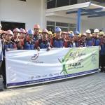 Karyawan PT Samudera Luas Paramacitra bersama managemen PT Jasaraharja Putera Cirebon saat penyerahan kupon asuransi JP-AMAN